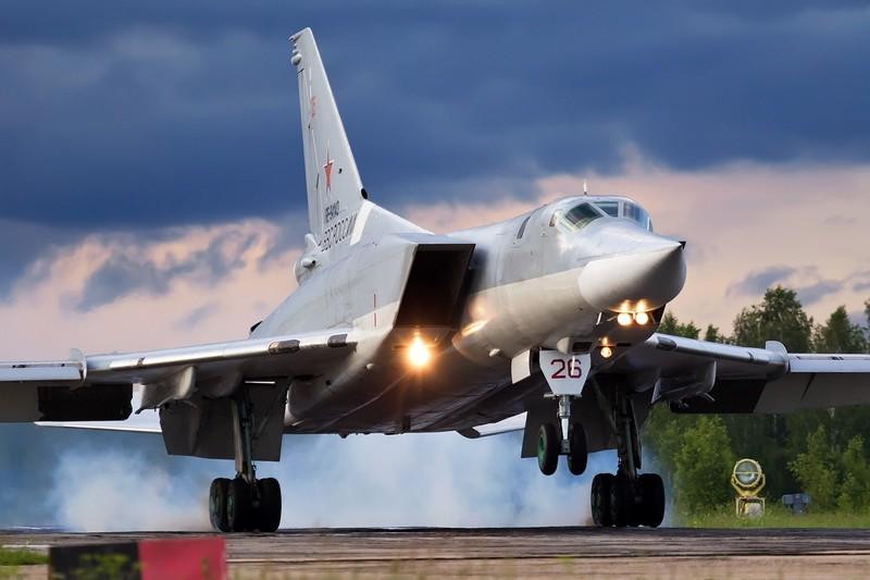 Video: May bay nem bom huyen thoai Tu-22M cua Nga tro lai bau troi