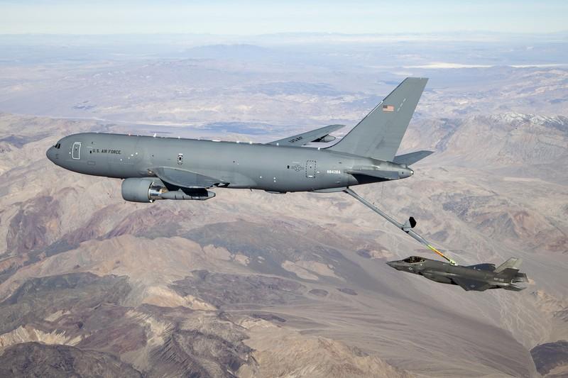 May bay KC-46A lan dau tiep nhien lieu tren khong cho F-35