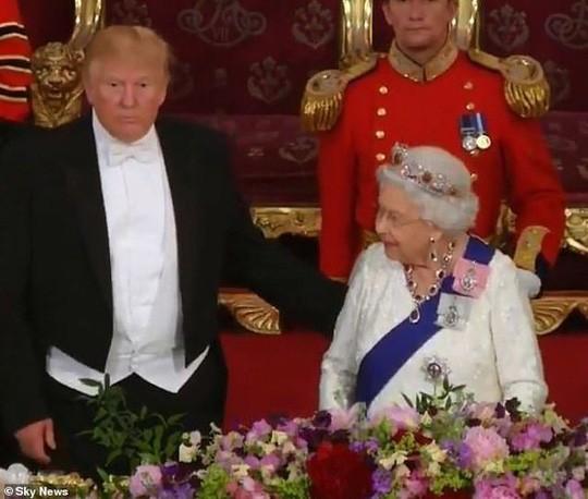 Tong thong Trump lien tuc vi pham quy tac Hoang gia Anh-Hinh-2