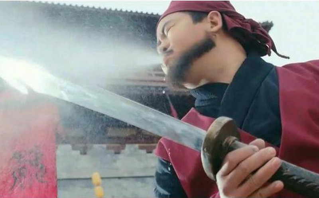Truoc khi xu tu pham nhan, vi sao dao phu Trung Hoa xua lai phai phun ruou len luoi dao?