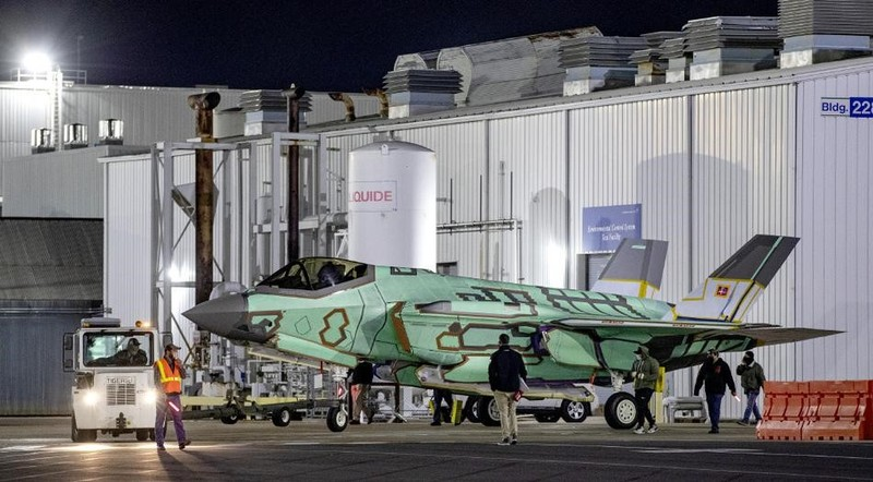 Dan Mach tiep nhan tiem kich F-35 voi mau xanh