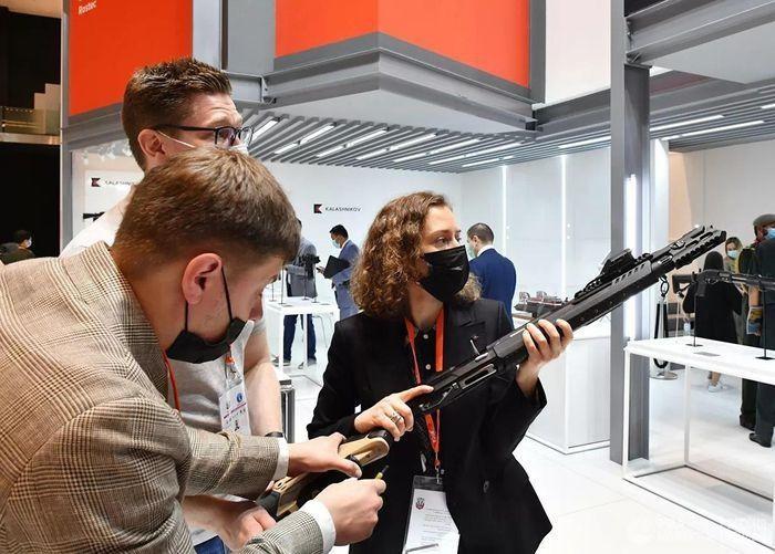 Trien lam IDEX 2021: Vu khi Nga lam khuynh dao khach tham quan-Hinh-2