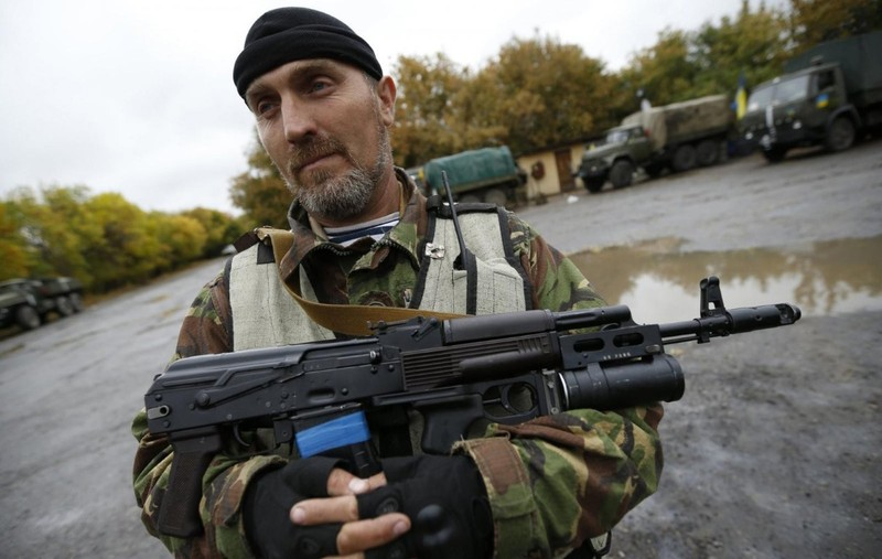 Ly khai Ukraine bat ngo co sung truong tan cong AK-103