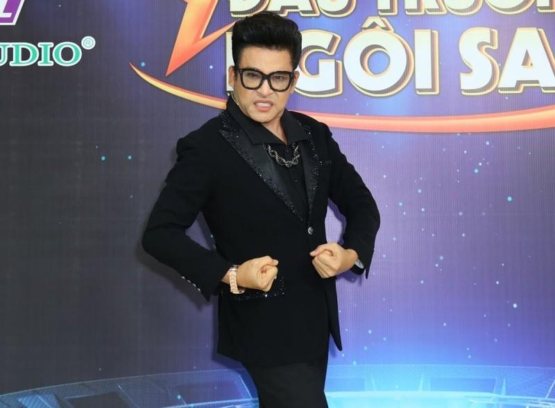 MC Thanh Bach len tieng khi bi che vi dien nhung bo canh kho hieu-Hinh-3