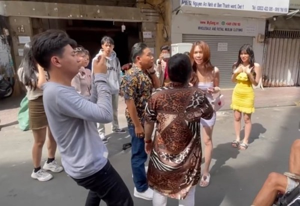 Xon xao doan clip Ngoc Trinh bi danh ghen giua pho-Hinh-2