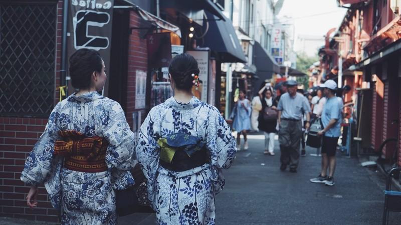 phụ nữ Nhật Bản mặc Kimono Tai-sao-khi-mac-kimono-phu-nu-nhat-ban-can-that-mot-chiec-goi-sau-lung