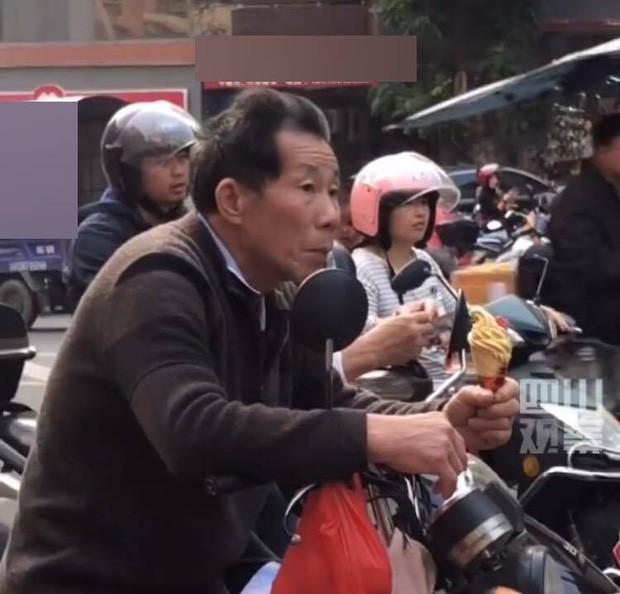 "Ong don chau di hoc ve, thu duoc cam tren tay khien dan mang ""rung tim"