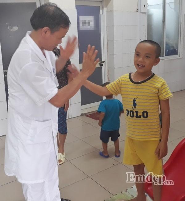 "Hoi phuc ky dieu cua be trai duoi nuoc ""mang an"" song thuc vat-Hinh-2"
