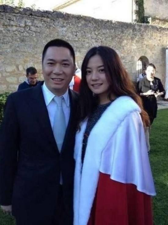 Mang tiếng là triệu phú, nhưng Triệu Vy cũng lần đầu học