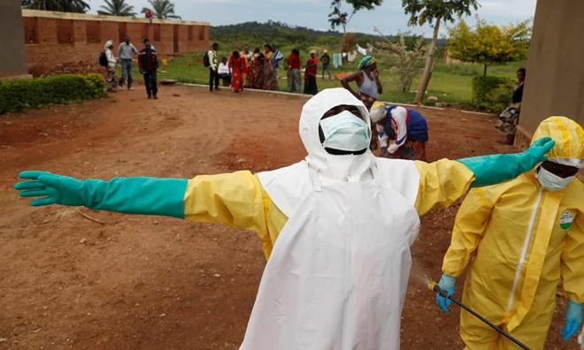 Phu nu Congo phai doi tinh duc lay vaccine ngua virus Ebola-Hinh-2