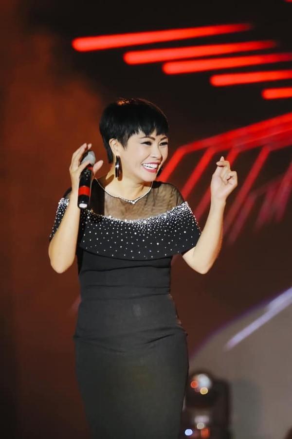 Phuong Thanh dang dan to chi dau lang nhang sau lum xum doi nha