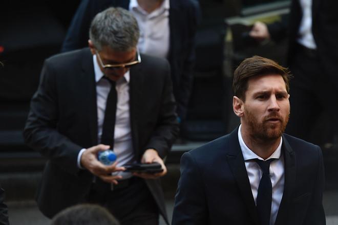 Ronaldo va Messi tron thue tinh quai nhu the nao-Hinh-2