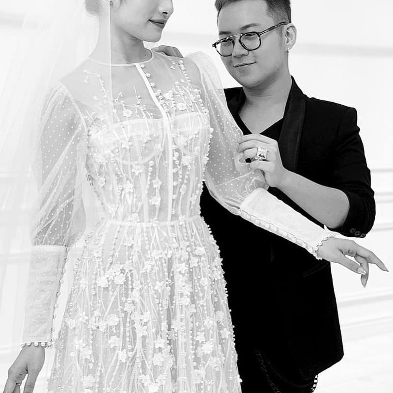 Lo anh vay cuoi nghin do cua ba xa tuong lai Duong Khac Linh