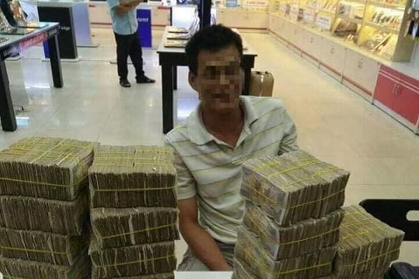 Xuc dong bo ngheo mang bao tai tien le di mua dien thoai cho con