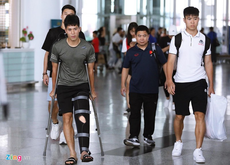 Dinh Trong check-in ve nuoc sau khi dieu tri chan thuong o Singapore-Hinh-2