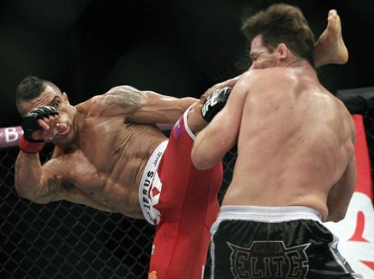 Ron nguoi canh cuu vo dich UFC tu moc mat ngay trong luc phong van