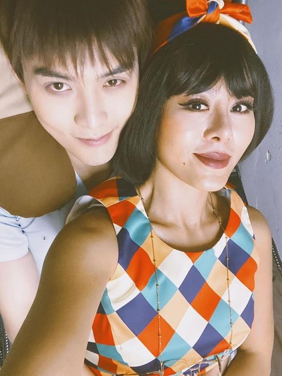 Nam Thu gay chu y khi nam len nguoi chau nuoi cua danh hai Hoai Linh