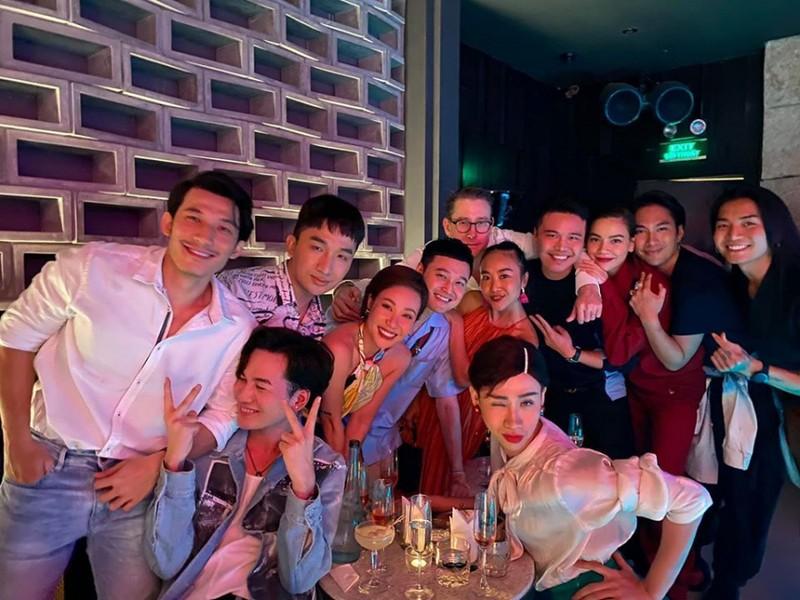 Ho Ngoc Ha gay soc voi hinh anh ngoi len dui ban trai noi dong nguoi-Hinh-3
