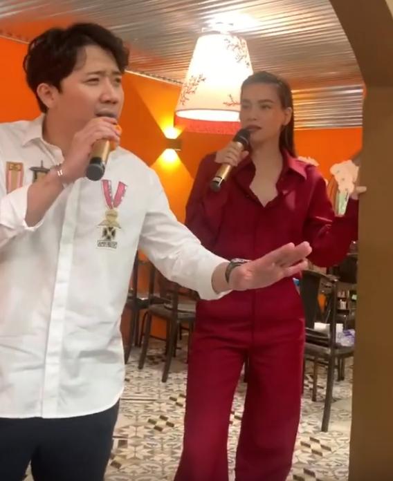 Ho Ngoc Ha gay soc voi hinh anh ngoi len dui ban trai noi dong nguoi