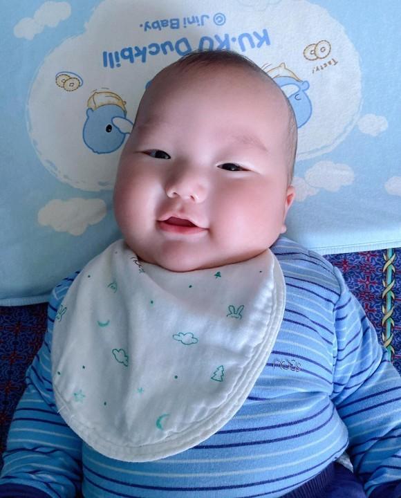 Truong Nam Thanh chu dong khoe cap sinh doi tron 5 thang dang yeu-Hinh-2