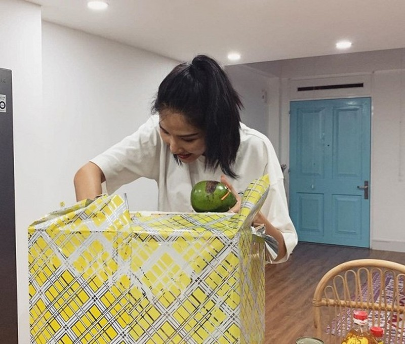 Hoang Thuy duoc tang dua leo, ca rot... trong sinh nhat mua dich-Hinh-7