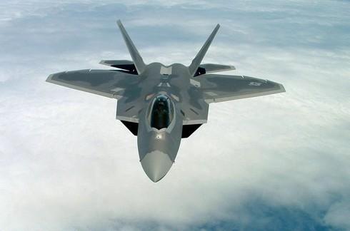 Video can canh sieu chien dau co F-22 Raptor nhao lon tren khong