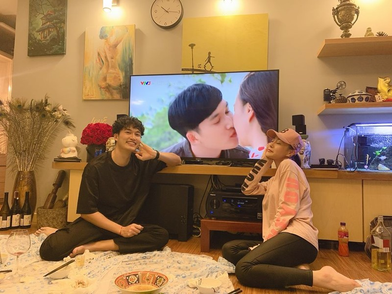 Quynh bup be tiet lo canh nong voi trai tre trong hau truong phim-Hinh-2