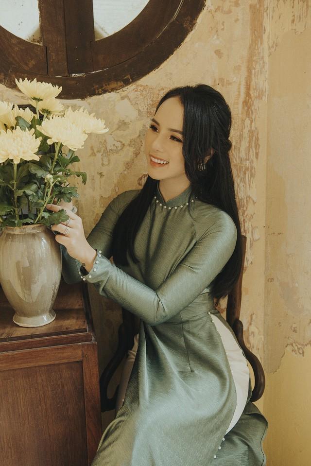 Hoa khoi anh Ha Noi duyen dang ben ta ao dai-Hinh-4
