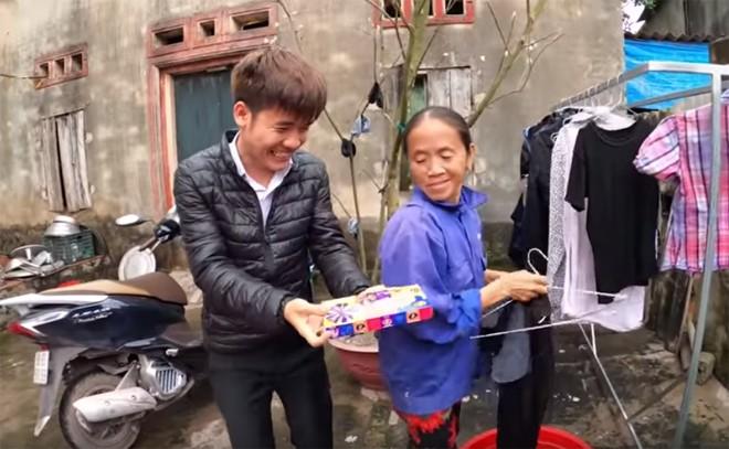 Con trai ba Tan Vlog bi dan mang boc me