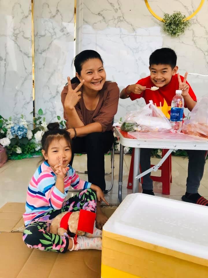 Kieu Trinh phai mang theo con nho, lan loc o truong quay-Hinh-2