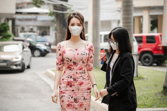 Deo khau trang A hau Thuy Van van xinh dep day cuon hut-Hinh-2