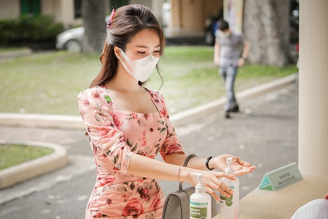 Deo khau trang A hau Thuy Van van xinh dep day cuon hut-Hinh-3