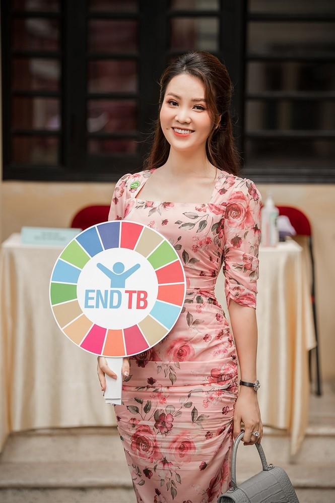 Deo khau trang A hau Thuy Van van xinh dep day cuon hut-Hinh-5