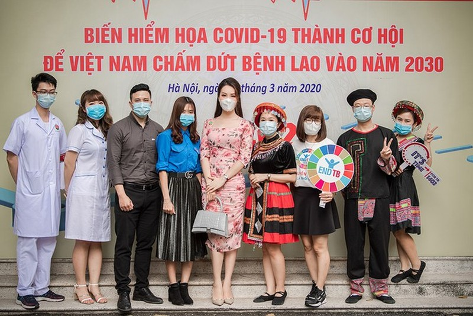 Deo khau trang A hau Thuy Van van xinh dep day cuon hut-Hinh-6