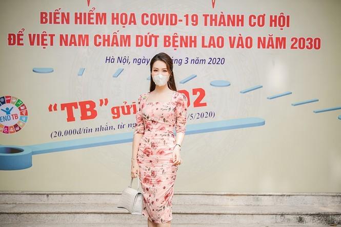 Deo khau trang A hau Thuy Van van xinh dep day cuon hut-Hinh-7