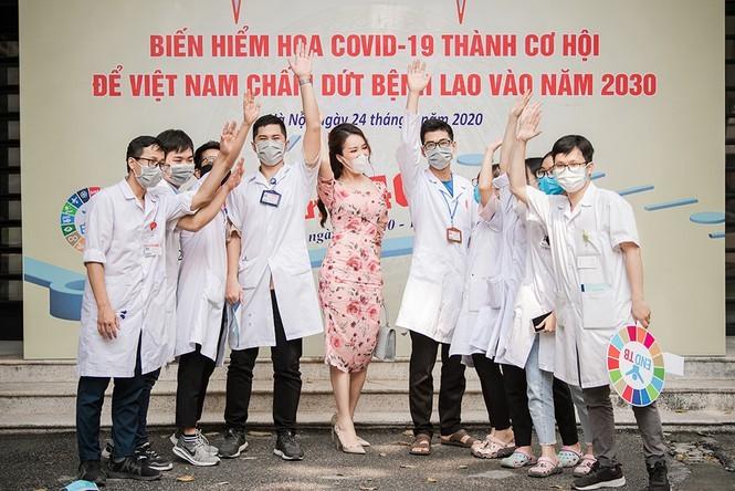 Deo khau trang A hau Thuy Van van xinh dep day cuon hut-Hinh-9