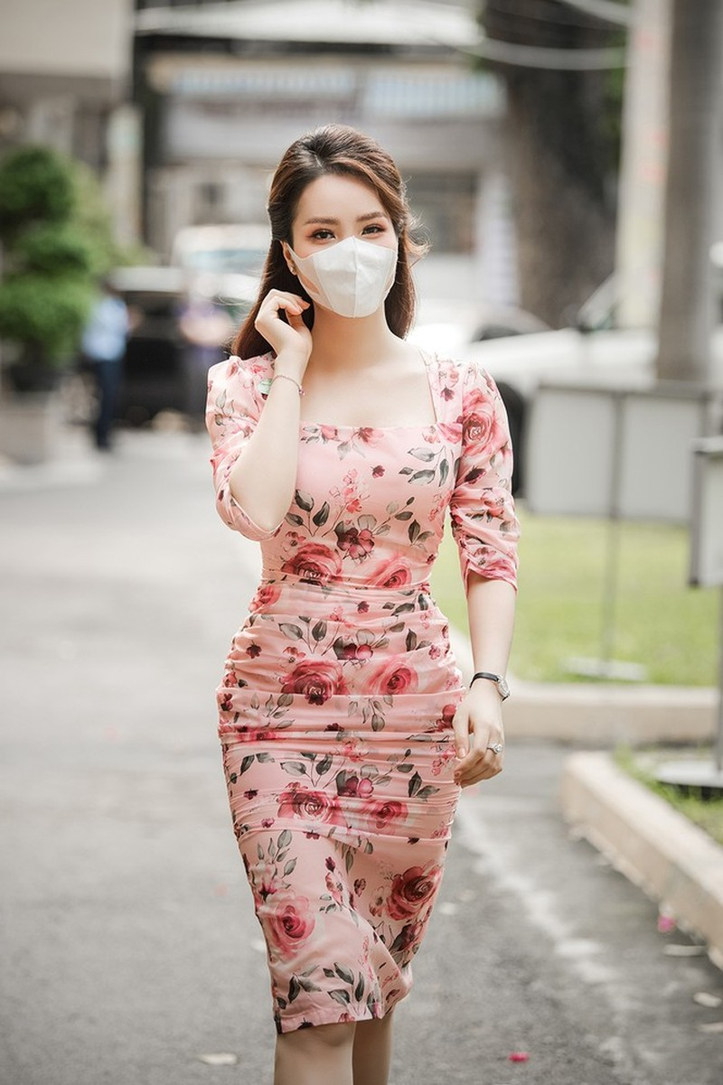 Deo khau trang A hau Thuy Van van xinh dep day cuon hut