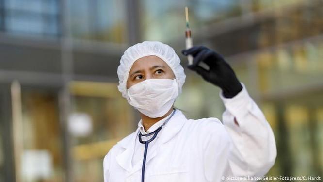 Vaccine chong COVID-19 – cuoc dua khong nguoi cam trich