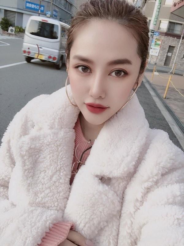 Linh Chi ngay cang xinh dep quyen ru khong kem Ngoc Trinh-Hinh-5