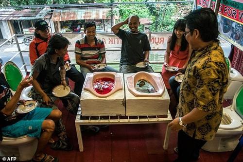 An canh uong nuoc tu... bon cau o Indonesia