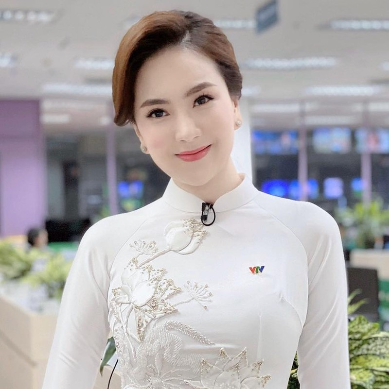 MC Mai Ngoc dot mat nguoi nhin voi khoanh khac nong bong-Hinh-4