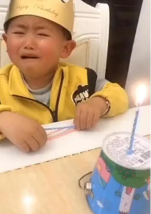 Khoc thet voi chiec banh sinh nhat bo tang con trai-Hinh-3