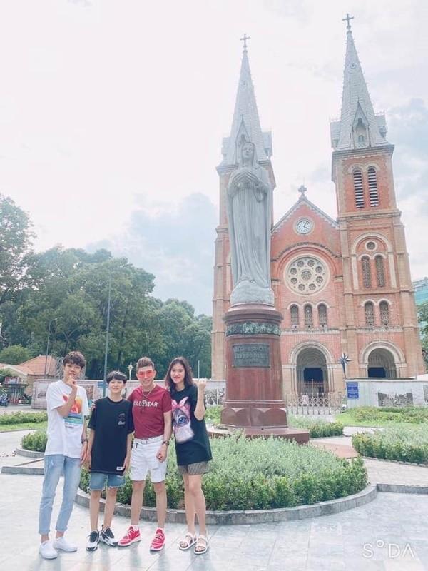 Long Nhat lam dieu dac biet cho vo hoa khoi va 4 con-Hinh-2