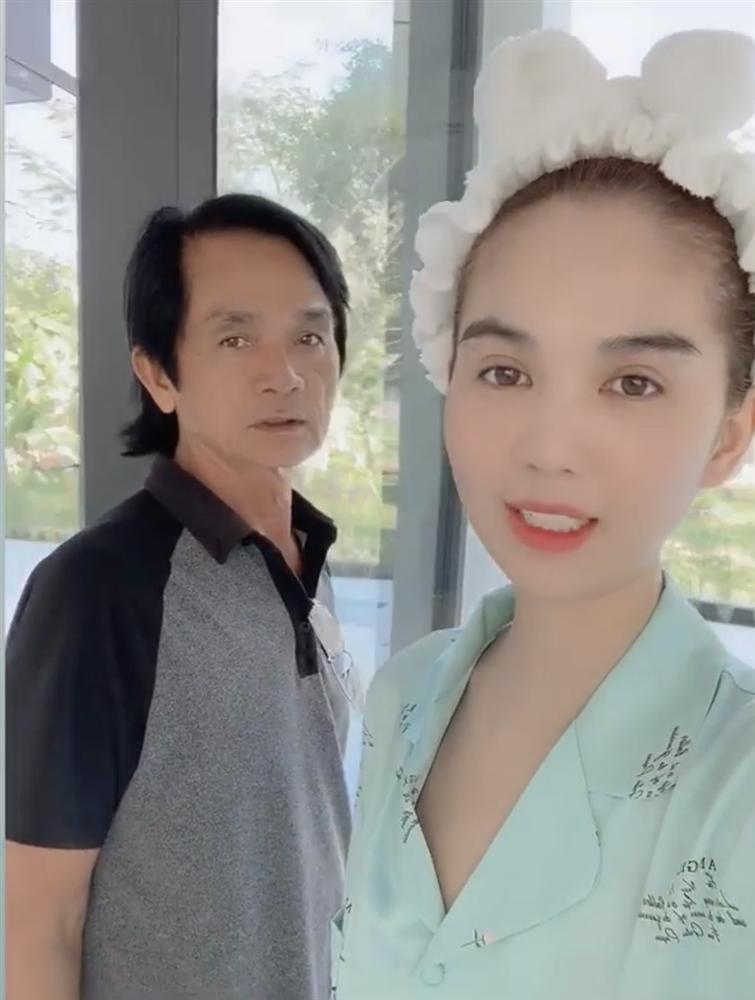 Bo me Ngoc Trinh phuc vu con gai an uong tan chan rang-Hinh-6
