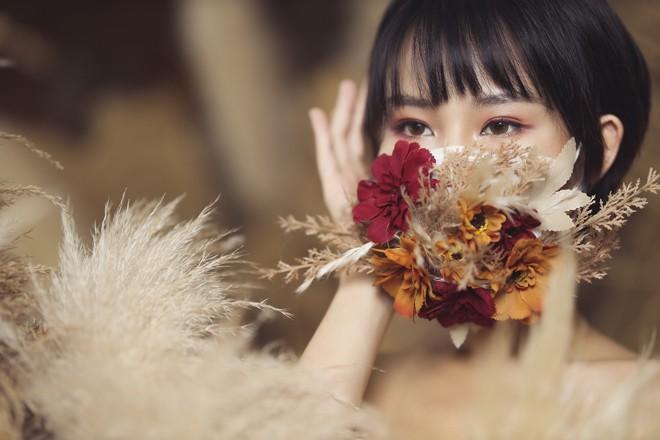 Hoa hau Pham Lan Anh gay bat ngo khi coi khau trang