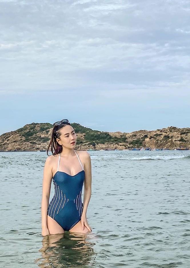 MC thoi tiet Mai Ngoc mac bikini khien ai nhin cung me dam-Hinh-2