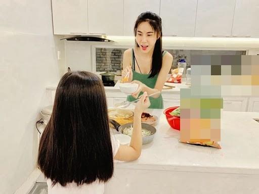 Con gai cua Thuy Tien lon phong phao gay ngo ngang-Hinh-4
