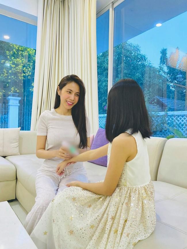Con gai cua Thuy Tien lon phong phao gay ngo ngang