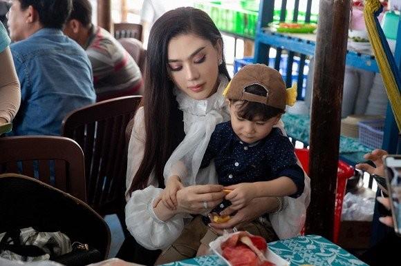Vi sao Lam Khanh Chi phai gui con trai cho ong ba ngoai?