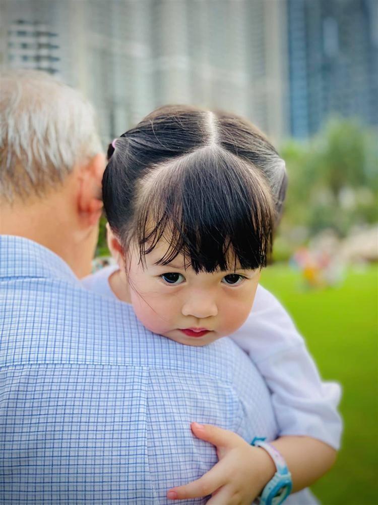 Con trai hoa hau Dang Thu Thao giong bo nhu lot-Hinh-4